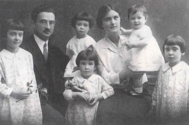 La famiglia, nel suo caso, è un'atmosfera che le imprime una particolare sensibilità al calore, alla gioia e all'armonia (Marilen tiene in mano una rosa).